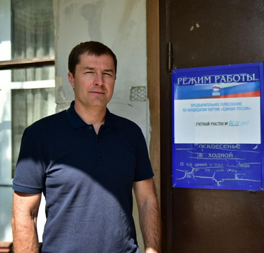 Волков на участке предварительного голосования ЕР.jpg